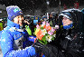 優勝し家族と喜ぶ伊藤有希(左)=山形市クラレ蔵王シャンツェで2017年1月20日、宮間俊樹撮影