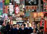 ほとんどが寮生活を送る神戸国際大付の野球部員。自分たちの好きなものを食べたり、自主的に計画を立て行動することを学ぶため、大阪・ミナミの繁華街を歩く選手たち=大阪市中央区で2017年2月5日、貝塚太一撮影