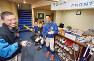 ホテルの面影をしのばせる部員寮で道具の手入れをする呉の選手たち=広島県呉市で2017年2月21日、山田尚弘撮影