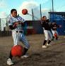 体幹を鍛えるため5キロの重さのメディシンボールにひもをつけて振り回す球児たち
