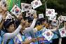 南北首脳会談の成功を願って旗を振る市民=韓国ソウルで、AP