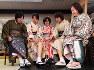 着物姿で集まり、義足を見せて語らう女性たち=京都市左京区で2018年11月18日、川平愛撮影