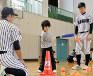 ティーボール教室で教える金津の選手たち(両端)
