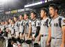 試合後にベンチの前で整列する慶応のナイン。丸刈りにしている選手は少ない=阪神甲子園球場で2018年8月、津村豊和撮影