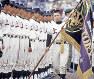 閉会式で紫紺の優勝旗を手にする上宮の黒川洋行主将=1993年4月5日