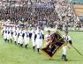 閉会式でグラウンドを行進する天理と中京大中京の選手たち=1997年4月9日