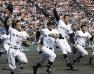 初優勝を決め、アルプス席の応援団へあいさつに向かう沖縄尚学の選手たち=1999年4月4日