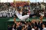 昨年の秋季北海道大会で優勝し、札幌大谷の応援席の前で胴上げされる飯田柊哉主将=札幌市の札幌円山球場で2018年10月8日、竹内幹撮影
