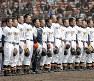 新潟県勢初勝利を収め、校歌を歌う日本文理の選手たち=2006年3月26日、徳野仁子撮影