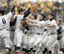 優勝を決め、喜び合う横浜の選手たち=2006年4月4日、徳野仁子撮影
