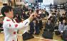 講師や同期生の前で「ネタ」を見せる生徒(手前左)=東京都千代田区のNSC東京で2018年11月、藤井太郎撮影
