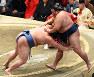 正代(左)が押し出しで御嶽海を破る=東京・両国国技館で2020年1月26日、北山夏帆撮影