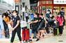 4連休初日を迎え、混雑する新幹線のホームで列に並ぶ人たち=JR東京駅で2020年9月19日午前10時37分、北山夏帆撮影