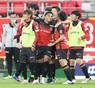 FC東京戦の後半ロスタイム、マテウス(中央)は決勝ゴールとなるPKを決め、イレブンから祝福を受ける