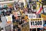 「最低賃金を1500円に」と訴えるデモ行進。非正規労働者も多数参加した=東京都新宿区で2018年2月、井田純撮影