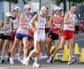 男子50キロ競歩、集団の中でレースを展開する川野将虎(右から2人目)=札幌市大通公園で2021年8月6日、貝塚太一撮影